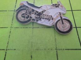 1218A Pin's Pins / Beau Et Rare : THEME : MOTOS / MOTO ROUTIERE BLANCHE ET NOIRE - Motos