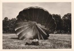 Militaire : Atterrissage D'un Parachutiste Sur Le Ventre : à Définir  ( Format 12,7cm X 9cm ) - Guerra, Militari