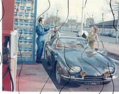 PHOTO COULEUR. Ancienne Voiture. Station Essence Avec Pompe. Bidon Huile COFRATOM. - Automobiles