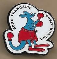 Pin's Vic-sur-Aisne (02) (Club De) Boxe Française Kangourou - Villes