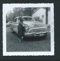 Ancienne Buick. Jolie Femme Près De Sa Voiture. Photo Privée 1957.  2 Scans. - Turismo