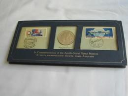 Présentoir +timbres + Médaille - COMMEMORATION  OF THE APOLLO-SOYUZ SPACE MISSION     **** EN ACHAT IMMÉDIAT **** - Etats-Unis