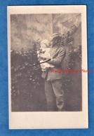 CPA Photo - Portrait D'un Militaire Allemand Avec Enfant Dans Les Bras 1915 WW1 Garçon Ours En Peluche Jouet Teddybear - War 1914-18