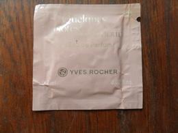 ANCIENNE PETITE POCHETTE LINGETTE PARFUMEE  /  QUELQUES NOTES D'AMOUR  D' YVES ROCHER / EdePF  0,2ml - Miniatures De Parfum
