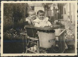 Bébés Dans Leur Parc   Photo Originale En Bon état - Anonymous Persons