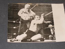 BOXE-GRAZIANO VS SUGAR RAY ROBINSON-CHICAGE 16/04/ 1952+ GRAZIANO EST COMPTE PAR L'ARBITRE -PHOTO ASSOCIATED PRESS - Célébrités