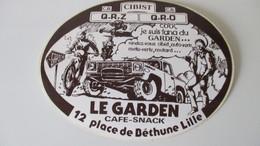 Autocollant Ancien Café Le Garden Béthune 15 Cm / 11,5 Cm ( Chiffres Au Dos ) - Aufkleber