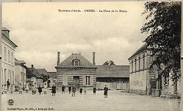 10 - ORMES - La Place De La Mairie Avec Animation - Autres Communes