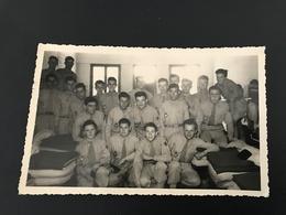 Photo Format CPA Appelés Contingent Tunisie «prise Dans La Piaule» - ILLUSTRA - Regimenten