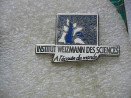 Pin's De L'institut WEIZMANN Des Sciences Située à Rehovot, Au Sud De Tel Aviv En Israël. A L'ecoute Du Monde - Associations