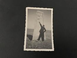 Photo Petit Format 9 X 5,5cm - Soldat Devant Borne Kilometrique PALMYRE - BAGDAD - Guerre, Militaire