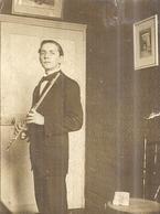 HOMME SE PREPARE A JOUER DE LA FLUTE TRAVERSIERE   ANNEES 1920 Environ - Anonymous Persons