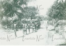 Photographie Transport De Bananes- Enfants D'une Tribu Vivant Le Long De L'Uele - Congo - Années 30 - Afrique