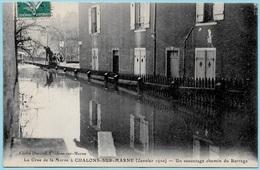 CPA 51 La Crue De La Marne à CHALONS-sur-MARNE (janvier 1910) Un Sauvetage Chemin Du Barrage ° Cliché Durand - Châlons-sur-Marne