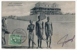 "CPA - DJIBOUTI - Groupe D'Indigènes + Cachet ""Suez Station"" 1909 - Gibuti"