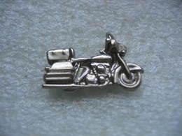 Pin's à 2 Attaches, Moto En 3D De Couleur Argentée - Motos