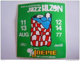Sticker Autocollant Aug 1977 Rock & Jazz Bilzen Joepie Ford Coc-Cola  Form 10,4 X 11,4 Cm - Autocollants