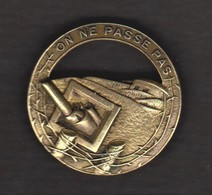 "Broche Militaire - Ancien Insigne - Badge Ligne Maginot - Devise ""on Ne Passe Pas"" - Army"