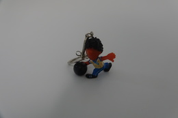 Vintage KEYCHAIN : YOUNG BASKET BALL PLAYER PINNY - Germany -  RaRe - 19**'s - Porte-cles - Porte-clefs