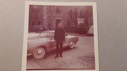 Ancienne Photo D'un Homme Devant Une Voiture Ancienne - Automobiles