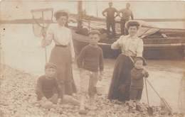 Carte Photo à Identifier - Pêcheuses à La Crevette - Famille - Bateau - Plage De La Somme ?? - Cartes Postales