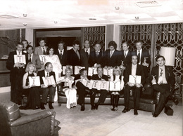 Rare Photographie De Presse Présentateurs De L'ORTF Des Années 1970 Après Remise De Prix :B.Pivot, PPDA,G.Lux, J.Chancel - Personalidades Famosas