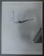 Photographie En Noir Et Blanc - Sport - Natation - Haut Vol - Plongeon - André Blaty Réalisant Le Saut De L'Ange - Sports