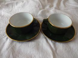 2 GRANDES TASSES A CHOCOLAT ( CAFE ) PORCELAINE APILCO. DIAMETRE TASSE 10 Cms. SOUS-TASSE 16,5 Cms. VERTES ET OR - Cups
