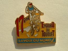 PIN'S MOTO - 17éme ENDURO DU TOUQUET - LA VOIX DU NORD - ECRITURE ROUGE - Motos
