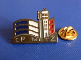 Pin's Commissariat De Police Ou Sapeurs Pompiers Ou Centre Péntitentiaire Prison De Metz - CP (KB58) - Police
