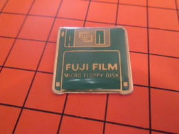 1216Ai PIN'S PINS / Rare Et De Belle Qualité ! / Thème : INFORMATIQUE / FUJI FILM DISQUETTE FLOPPY DISK - Informatique
