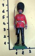 BRITAINS LTD 1973 SOLDATINO GUARDIA AL CASTELLO  PIOMBO SCALA 1/32 - Figurines
