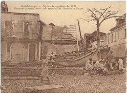 GUADELOUPE - APRES LE CYCLÔNE DE 1928-BATEAU ECHOUE DANS LES RUES DE LA POINTE A PITRE-Plusieurs Personnes - Pointe A Pitre