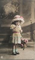 (375) Vive Marie - Een Klein Meisje Met Een Grote Hoed En Blauw Sokken Kijkt Verlegen - 1911. - Fête Des Mères