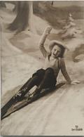 (377) Het Meisje Viel Van Haar Skilatten En Roept Om Hulp - Sneeuwlandschap. - Groepen Kinderen En Familie