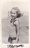 1964 PHOTO ORIGINAL. ENFANT CHILDREN LITTLE GIRL VINTAGE MIRAMAR MAILLOT SWIMSUIT-SIZE 9X14CM - BLEUP - Persone Anonimi