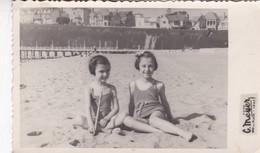 1945 PHOTO ORIGINAL. LITTLE GIRLS NIÑAS ENFANTS CHILDREN PLAGE BEACH SWIMSUIT MAILLOT. MEYER-SIZE 9X14CM - BLEUP - Persone Anonimi