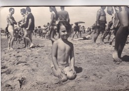 1964 PHOTO ORIGINAL. LITTLE GIRL BEACH MAILLOT SWIMSUIT VINTAGE-SIZE 12X18CM - BLEUP - Personnes Anonymes