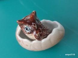 PETITE CHOUETTE  Miniature En Porcelaine, Sortant De Sa Coquille D'oeufs - Tiere