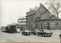 DILBEEK : Station : TRAM  :    ...(12 X 9  Cm)   ( Foto Van Oude Cliché ) 1964 - Treinen