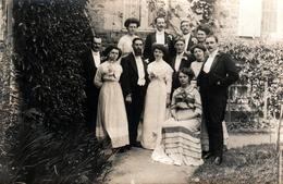 Carte Photo Originale Portrait De La Famille Champion D'Avranches Vers 1900 - Les Mariés & Leurs Copains Au Jardin - Identifizierten Personen