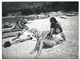 REAL PHOTO Ancienne Two Pretty Bikini Girls On Beach Scene Filles En Maillot De Bain Sur Plage Old Orig. - Persone Anonimi
