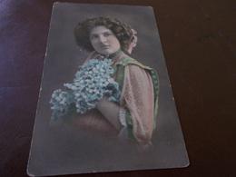 B687  Donna In Posa Cm14x9 Cm Non Viaggiata - Cartoline