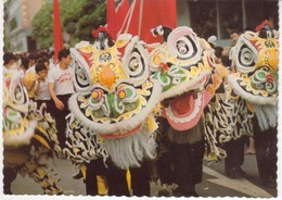 °°° 13466 - SINGAPORE - PRANCING SOUTHERN LIONS AT FESTIVAL - 1977 With Stamps °°° - Singapore