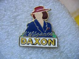 Pin's DAXON, L'élégance. Marque Française De Vente à Distance En Prêt-à-porter Femme Et Homme, Lingerie Et Chaussures - Non Classés