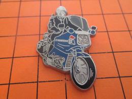 113c PIN'S PINS / Rare Et De Belle Qualité ! / Thème : MOTOS / MOTARD GENDARMERIE EN LEGER RELIEF Par BALLARD - Motos