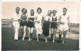 Pin Up Flapper Femmes Women & Men Hommes Semi Nudes In Swimsuit By Beach Plage - Photo PC 1940' Gay Int - Pin-ups