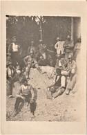 Rare Carte-photo Groupe De Poilus Dans Les Tranchées Devant Une Pièce D'artillerie - 1914-18