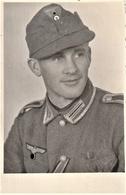Rare Photo Soldat Avec Casquette Troupe Et Vareuse Format 8 X 13 Cm - 1939-45