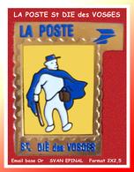 SUPER PIN'S POSTE : FACTEUR En TOURNEE De LA POSTE De St DIE Des VOSGES (88), émail Base Or Signé Svan Epinal 2X2,5cm - Correo